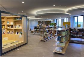 南阿蘇村図書室内部の様子